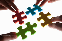 Lösen des bunten Puzzlespiels Lizenzfreies Stockbild