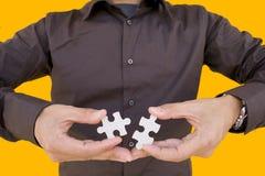 Lösen des Puzzlespiels Lizenzfreie Stockbilder