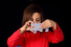 Lösen des Puzzlespiels lizenzfreies stockbild