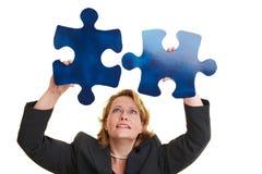 Lösen eines Puzzlespiels Stockfotografie