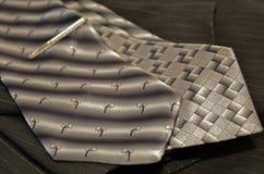 Lösen graue Bindung zwei auf einer schwarzen pinstriped Jacke Stockbilder