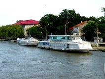 Lösen Sie mit dem Schiff auf Sulina-Kanal in Donau-Delta, Tulcea, Rumänien aus lizenzfreie stockfotografie