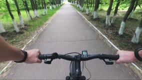 Lösen Sie Mountainbike von der Erstpersonenhand zum Rad- und Straßenstaub aus stock video