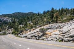 Lösen Sie zu den malerischen Nationalparks der Vereinigten Staaten aus Straße zu Yosemite Stockfotografie