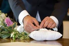Lösende Ringe des Bräutigams, bestimmt stockfoto