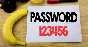 Lösenord 123456 Affärsidé för säkerhetsinternet som är skriftlig på tomt papper för klibbig anmärkning, träbakgrund med kopiering Fotografering för Bildbyråer