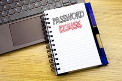 Lösenord 123456 för handstiltextvisning Affärsidé för säkerhetsinternet som är skriftlig på anteckningsbokboken på träbakgrunden  Arkivfoton