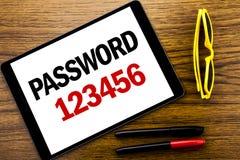 Lösenord 123456 för handstiltextvisning Affärsidé för säkerhetsinternet som är skriftlig på minnestavlabärbara datorn, träbakgrun Arkivbild