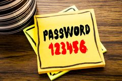 Lösenord 123456 för visning för handskriftmeddelandetext Affärsidé för säkerhetsinternet som är skriftlig på klibbigt anmärknings Royaltyfria Bilder