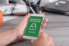 Lösenord skyddat begrepp på en smartphone arkivfoton