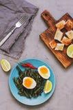 Löskokt ägg och kokta haricot vert äta för begrepp som är sunt Fotografering för Bildbyråer