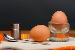 2 löskokta ägg på ett träbräde Fotografering för Bildbyråer