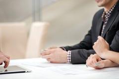 Lösning av problem! Händer av tre och två affärsmän som diskuterar Royaltyfri Fotografi