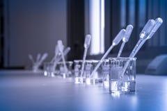 Lösning i dryckeskärlar med droppglassen Arkivbild