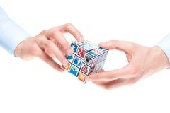 Lösning Rubicks av kub med sociala massmedialogoer Arkivfoto