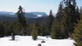 Löst berglandskap som täckas med snö Arkivbilder