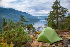 Löst campa vid en sjö i Norge royaltyfri fotografi