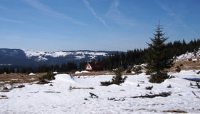 Löst lantligt berglandskap med en journalkabin Royaltyfria Foton