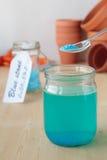 Lösung des Kupfersulfats im Glasgefäß Stockbild