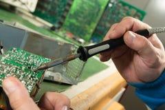 Löten des Brettes der elektronischen Schaltung stockfotos