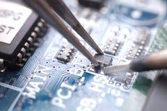 Löten und Zusammenbau von SMD-Transistor stockfotografie