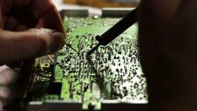 Lötende Elektronik auf Leiterplatte stock video