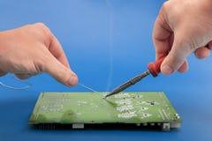Lötende elektronische Teile an Bord Stockfoto