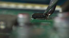 lötende Mikrochips und Leiterplatten stock video