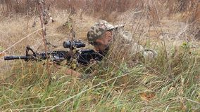Lötmittel, Scharfschütze, versteckt, im Freien, einheitlich, Schuss, Krieg, Replik, Kind, Kinder Stockbild