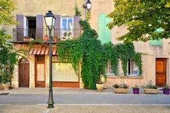 Lövrika husfasader med stängde med fönsterluckor fönster, Provence, Frankrike fotografering för bildbyråer