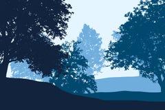 Lövskogen mellan kullar under blått gör klar himmel vektor illustrationer