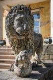 Löwe, der den Eingang zu Andrianovo-Palast, Russland schützt Stockbild