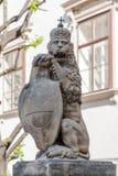 Löwe mit Schild Lizenzfreie Stockfotos
