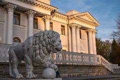 Löwe ` s Skulptur nahe durch Yelagin-Palast in St Petersburg Stockbild