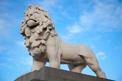 Löwe an Southbank-Ende von Westminster-Brücke stockfotografie