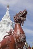 Löwe-Statuenlöwestatue im thailändischen Tempel am wat Prathat Hariphunc Stockbild