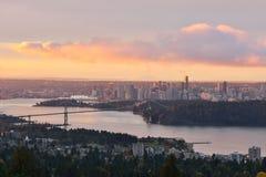 Löwe-Tor-Brücke und im Stadtzentrum gelegenes Vancouver bei Sonnenaufgang Lizenzfreie Stockfotos