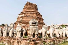 Löwe umgibt die Pagode bei Wat Thammikarat lizenzfreies stockfoto