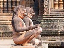Löwe und Affe Gardians-Carvings am roter Sandstein-Tempel Banteay Srei Stockbilder