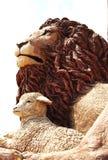 Löwe und das Lamm. Lizenzfreie Stockfotos