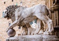 Löwe und David durch Michelangelo in Florenz lizenzfreie stockfotografie