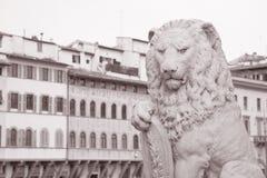 Löwe auf Dante Statue in Florenz; Italien Stockbild