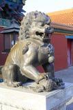 Löwebronzeskulptur, luftgetrockneter Ziegelstein rgb lizenzfreie stockfotografie