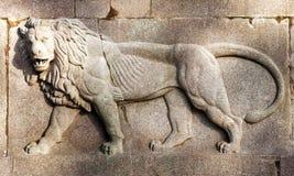 Löweflachrelief auf Travertinstein Reitermonument von garibaldi Schöne alte Fenster in Rom (Italien) Lizenzfreies Stockbild