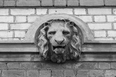 Löwehauptfehlschlag-Skulpturdetail in der Wand - Schwarzweiss-Version stockfotos