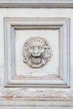 Löwehauptskulptur auf Wand Stockfotos