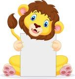 Löwekarikatur, die leeres Zeichen hält lizenzfreie abbildung