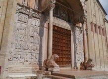 Löwen als Kellner am Eingang Sans Zeno Lizenzfreie Stockfotos