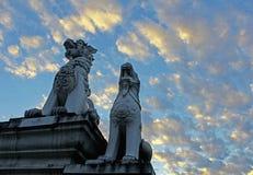 Löwen an den Toren des Tempels in Thailand Stockfotos