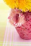 Löwenzahn in einem rosafarbenen Vase Lizenzfreie Stockbilder